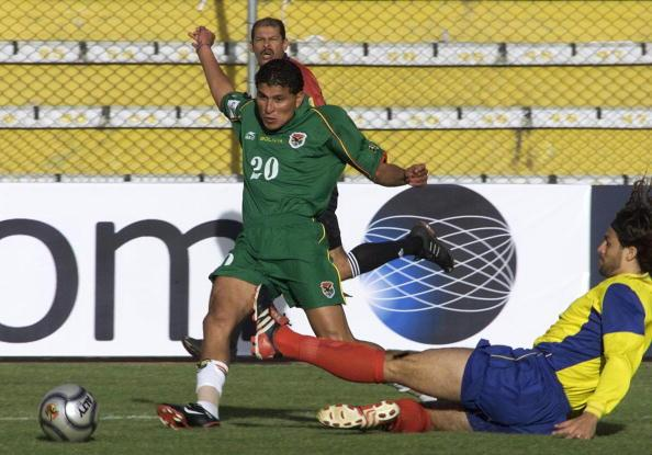 Bolivian soccer player Joaquin Botero (10) shoots to score the third goal despite the effort of Colombian Mario Yepes, 10 September 2003 in La Paz during the South American qualifying round for the FIFA World Cup Germany 2006.  AFP PHOTO/AIZAR RALDES  (Photo credit should read AIZAR RALDES/AFP/Getty Images)